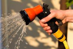 Nawadniający ogrodowego wyposażenie - ręka trzyma Fotografia Royalty Free