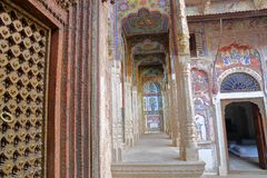 NAWALGARH, RAGIASTAN, INDIA - 25 DICEMBRE 2017: Bhagat Haveli con gli affreschi variopinti e pitture e una porta di legno nel for Fotografia Stock Libera da Diritti
