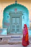 NAWALGARH, RAJASTHAN INDIA, GRUDZIEŃ, - 26, 2017: Główne wejście haveli dom z kobietą ubierał z sari Zdjęcie Stock