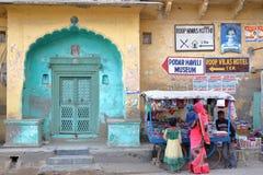 NAWALGARH, RAJASTHAN INDIA, GRUDZIEŃ, - 26, 2017: Główne wejście haveli dom z sklepem i colorfully ubierającym peop troszkę Obrazy Royalty Free