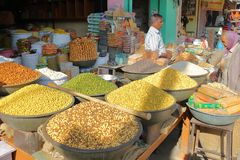 NAWALGARH, RAJASTHAN INDIA, GRUDZIEŃ, - 26, 2017: Jedzenie opóźnia z kolorowymi pikantność Obraz Stock