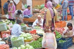 NAWALGARH RAJASTHAN, INDIEN - DECEMBER 28, 2017: Den färgrika gataplatsen på grönsakmarknaden med mat stannar Royaltyfri Foto