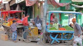 NAWALGARH RAJASTHAN, INDIEN - DECEMBER 28, 2017: Den färgrika gataplatsen på grönsakmarknaden med mat stannar Fotografering för Bildbyråer