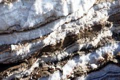 Nawarstwianie sól i błoto deponuje w naprzemianległym magazynie na bankach Nieżywy morze w Jordania obraz royalty free