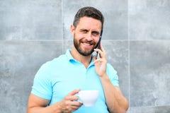 Nawet jeśli ty pijesz kawowy aktywnego each łyczek jest małym przerwą w twój małym momencie jaźni opieka i dniu Mężczyzna napój fotografia stock