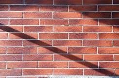 Nawet wzór kamienna dom ściana z czerwonymi textured płytkami i cieniami obrazy stock