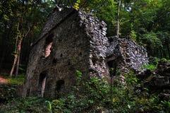 Nawiedzający piękny dom w lesie fotografia stock
