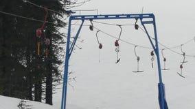 Nawierzchniowy dźwignięcie - kablowy transport w ośrodku narciarskim Teownika system w mgłowej pogodzie zbiory wideo