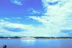Nawigacja i aerobatics Volga rzeka blisko Yaroslavl jungfrau zdjęcie stock