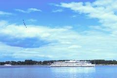 Nawigacja i aerobatics Volga rzeka blisko Yaroslavl jungfrau fotografia royalty free