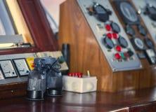 Nawigacja pokład i lornetki inside Jesteśmy kapitanem ` s kabinę zdjęcie royalty free