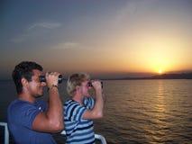 Nawigacyjny oficer ogląda peryferię zakotwienie z młodym praktykantem w wieczór fotografia royalty free