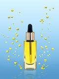 Nawilżanie kosmetyka oleju stojaki na błękitnym tle Obrazy Stock