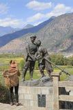 NaXi-Frau vor einer Statue die rote Armee von China im Dorf von ShiGu nahe Lijiang feiernd Stockbilder