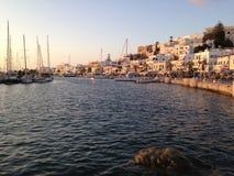Naxos, Grekland strand och stad under en sommarsolnedgång Arkivbild