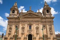 Naxxar, Malta - 2016, 11 Juni: De voorgevel van historisch Onze Dame van de kerk van de Overwinningenparochie van Naxxar, een sta Royalty-vrije Stock Afbeelding