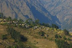 Naya Gaun, Dorf auf einem Gebirgsrücken über Syange Lizenzfreie Stockfotos