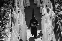 Nazaräer führen eine Ostern-Prozession in Süd-Spanien Stockbild