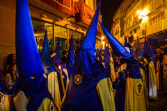 Nazaréens colorés pendant un cortège de Pâques de soirée Photos stock