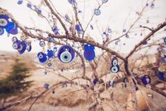 Nazar berlock som av avvärjer det onda ögat, på filialerna av en tr arkivbilder