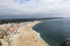 Nazare是其中一个最普遍的海滨胜地在葡萄牙, c 免版税库存图片