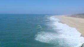 Nazare, Πορτογαλία - τον Οκτώβριο του 2018 circa - κύματα σχετικά με την παραλία φιλμ μικρού μήκους