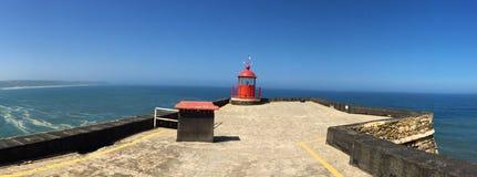 Nazare - маяк самыми большими волнами в мире стоковые фото