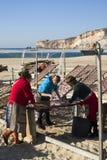nazare Португалия рыб засыхания пляжа Стоковые Изображения