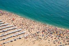 拥挤海滩在Nazare 库存照片