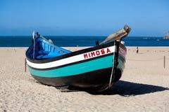 Nazare, Portugal - 5 de noviembre de 2017: wo viejo tradicional colorido Imagen de archivo libre de regalías
