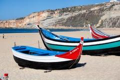 Nazare, Portugal - 5 de noviembre de 2017: wo viejo tradicional colorido Fotografía de archivo libre de regalías