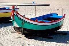 Nazare, Portugal - 5 de noviembre de 2017: wo viejo tradicional colorido Fotos de archivo