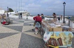 Nazare, Portugalia, Czerwiec 13, 2018: Sprzedaże dzielnicowi produkty na t fotografia stock