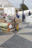 Nazare, Portugalia, Czerwiec 13, 2018: Sprzedaże dzielnicowi produkty na t obrazy royalty free