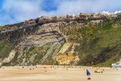 Nazare strand med sikten till Sitioen da Nazare Arkivfoto