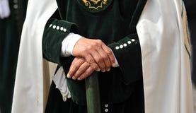 Nazarene de Triana, manos del hombre, fraternidad de la esperanza, semana santa en Sevilla, Andalucía, España Imágenes de archivo libres de regalías