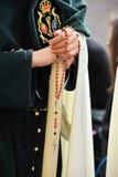 Nazarene de Triana, mujer con el rosario en sus manos, fraternidad de la esperanza, semana santa en Sevilla, Andalucía, España Fotos de archivo libres de regalías