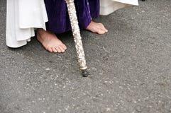 Nazarene descalzo, semana santa en Sevilla, Andalucía, España Fotos de archivo