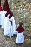 Nazarenes con el niño, semana santa en Baeza, provincia de Jaén, Andalucía, España Imagen de archivo