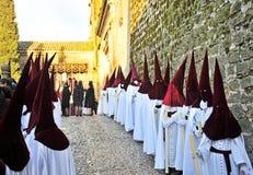 Nazarenes en fila, semana santa en Baeza, provincia de Jaén, Andalucía, España Foto de archivo libre de regalías