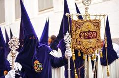 Nazarenes en Triana, fraternidad de la esperanza, semana santa en Sevilla, Andalucía, España Foto de archivo libre de regalías