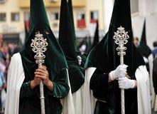 Nazarenes en Triana, fraternidad de la esperanza, semana santa en Sevilla, Andalucía, España Fotos de archivo libres de regalías