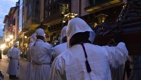 Nazarenos in der Prozession Stockfotografie