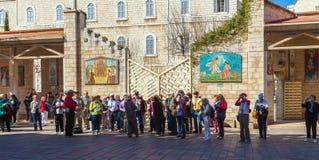 NAZARETH ISRAEL - FEBRUARI 21, 2013: Turister near förklaring Arkivbild