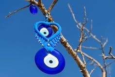 Nazars turkiska berlock för ont öga på trädet cappadocia kalkon royaltyfri bild
