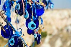 Nazars turkiska berlock för ont öga på trädet cappadocia kalkon arkivbilder