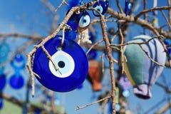 Nazars turkiska berlock för ont öga på trädet i Cappadocia kalkon arkivbild