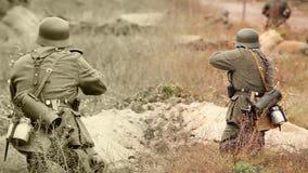 Nazimilitairen die met een geweer en een mortier in geul schieten Oude de filmfilm van WO stock video