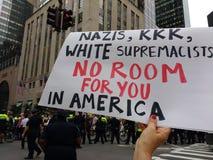 Nazister KKK, vita supremacister, inget rum för dig i Amerika, NYC, NY, USA Arkivfoto