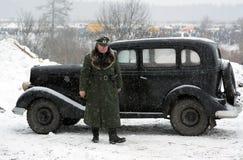 Nazistgeneralen står nära den retro bilen Arkivfoto